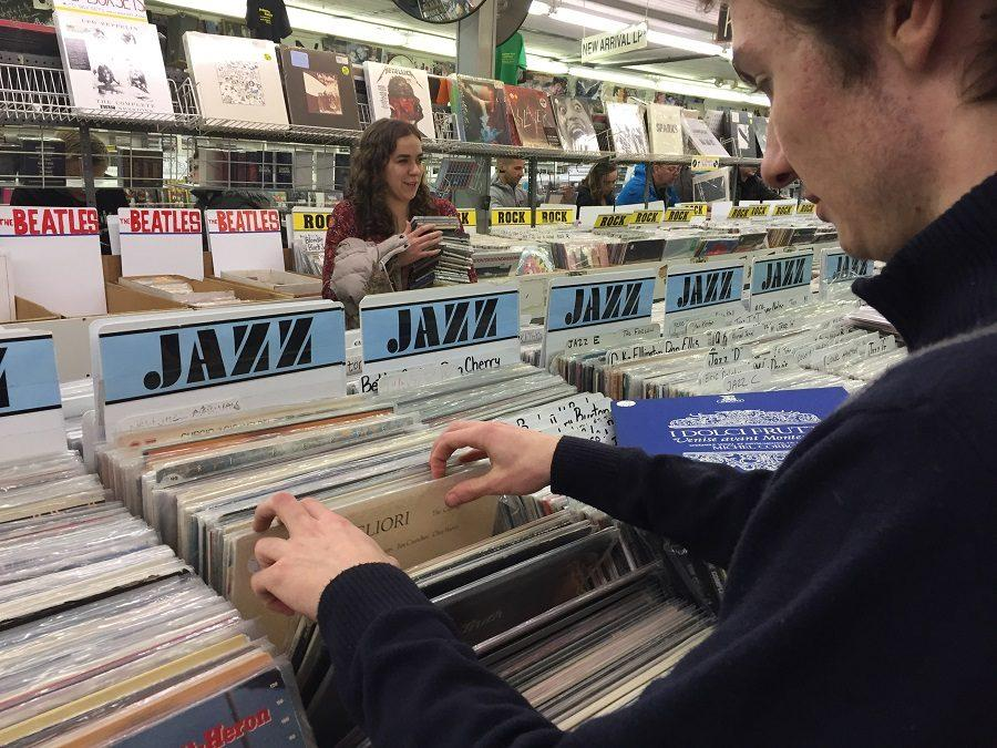 Joey+Schunemann+%E2%80%9818+and+Abbey+Kotelly+%2717+search+through+records+at+the+Princeton+Record+Exchange.+