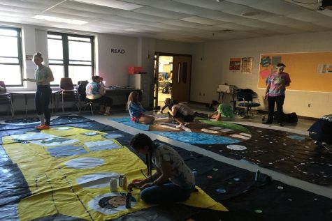 The senior class works on their poster.