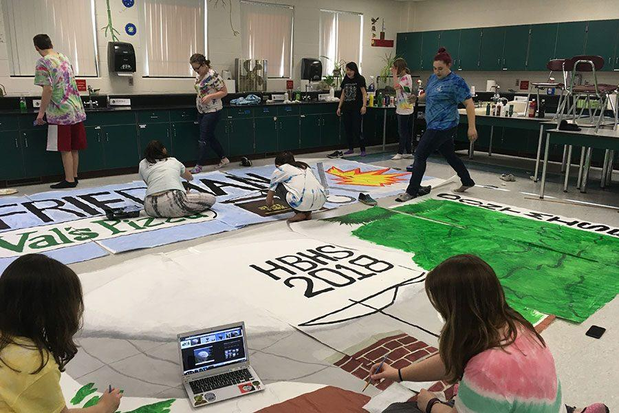 Class+of+2018+prepares+their+posters+on+tie+dye+day.