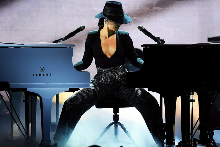 "Alicia Keys was said to be the most chill host. According to The New York Times Alicia Keys was, ""a soothing, self-assured earth mother prepared to ""Kumbaya"" the show into a place of solidarity and affection."" She took over the stage with her jaw dropping, 2 piano performance."